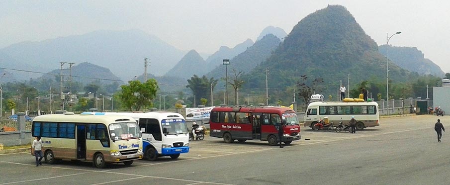 Autobusy na zastávce v Lai Chau - severní Vietnam