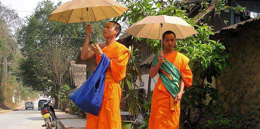 budhisticti-mnisi-laos